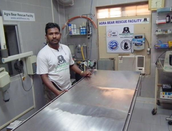 Dr Ilayaraja w sali weterynaryjnej ośrodka