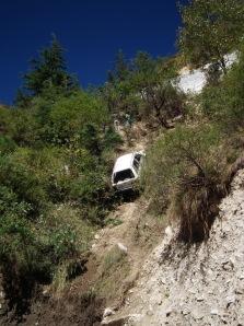 Samochod sciagany z klifu