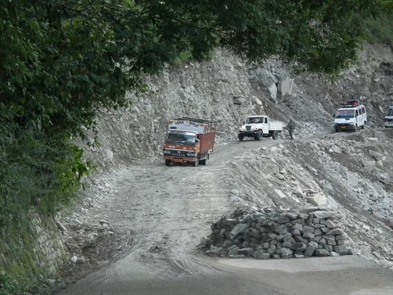 Droga w hinduskich Himalajach po monsunie