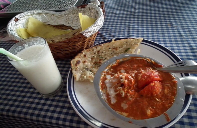 Pomidorowe curry, czosnkowy chleb naan i bananowe lassi