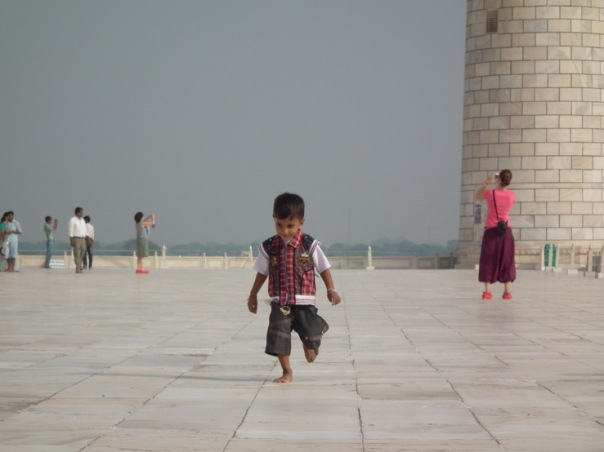 na dziedzińcu Taj Mahal