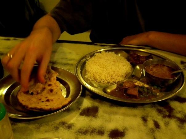 od lewej: ciapati, ryż, warzywa curry, dhal i paneer z groszkiem