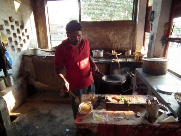 Nasz posiłek gotów do drogi, z tyłu po lewej gliniany piec do wypiekania roti