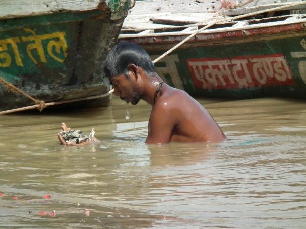 wyławianie monet z Gangesu