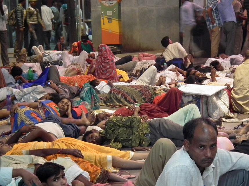 hinduski dworzec kolejowy po zmroku