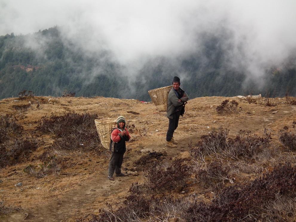 Ludzie z plemiona Sherpa w Himalajach