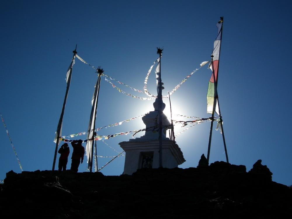 wschód słońca nad świątynią w górach