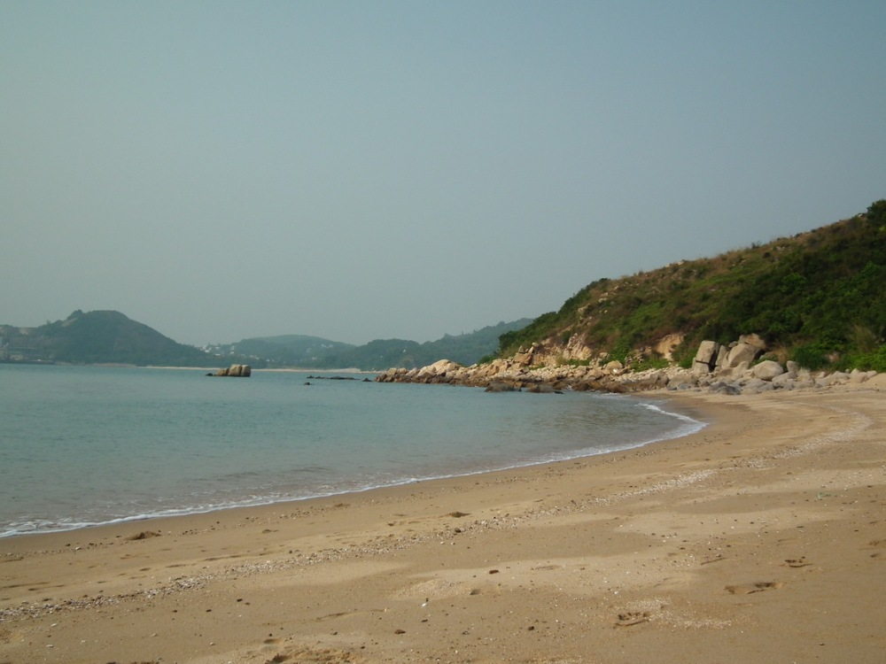 dzika plaża na wyspie Lamma