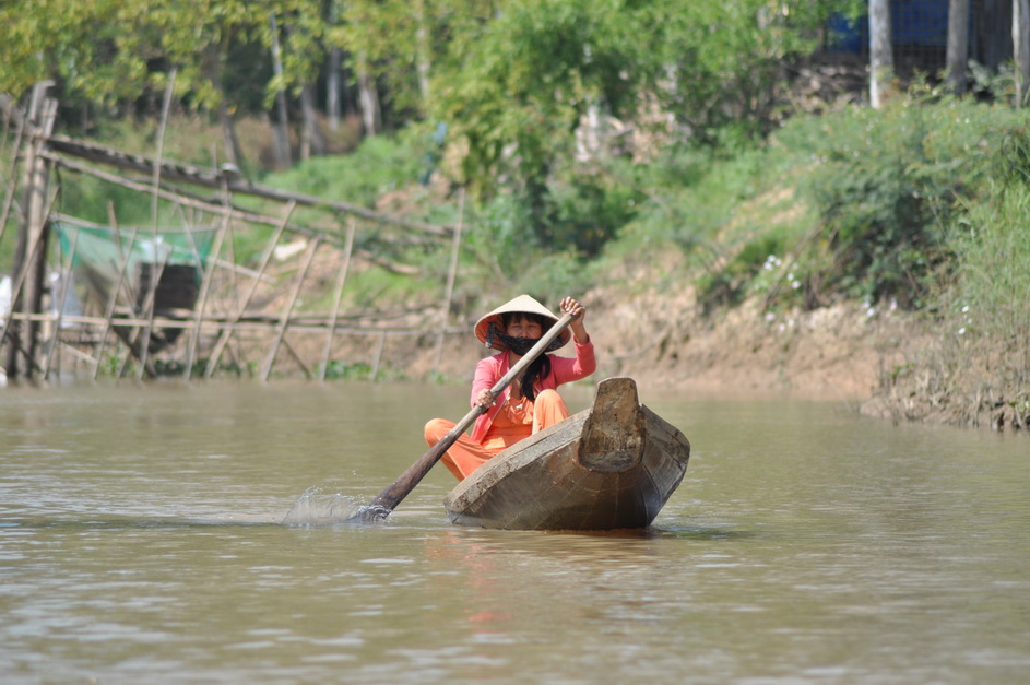 małe łódki wiosłowe zastępują tu zarówno skutery jak i TIRy