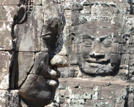 Świątynia Bayon w kompleksie Angkoru to jedna z najbardziej imponujących budowli średniowiecznego Imperium Khmerów