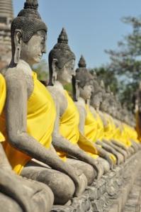 Przed wejściem do świątyni czekają stoiska, na których wierni mogą nabyć ubranka dla Buddów