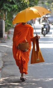 dzień buddyjskich mnichów rozpoczyna się zbieraniem jałmużny w postaci jedzenia