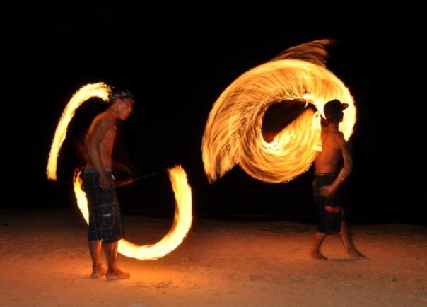 mistrzowie żonglerki ogniowej