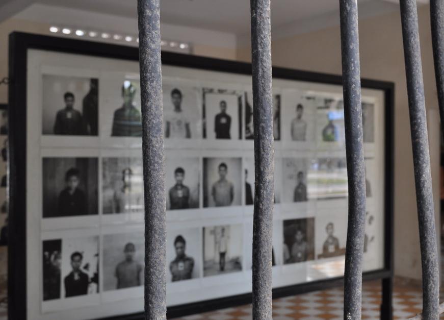 W więzieniu Toul Sleng i na pobliskich Polach Śmierci zginęło ok. 17 - 20 tys. osób