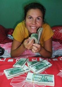 Najwyższy birmański nominał to 1000 kyatów, czyli około dolara, co znowu oznacza noszenie reklamówki pieniędzy