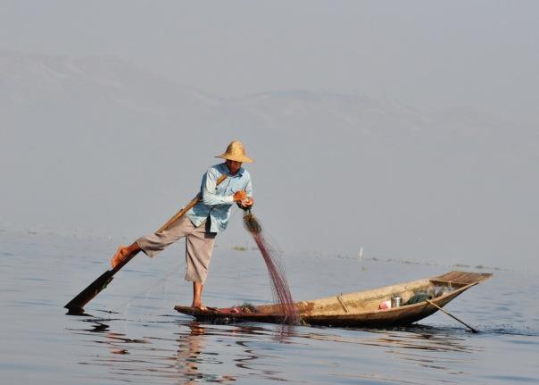 Mimo że czółna są niewyobrażalnie niestabilne, rybacy do perfekcji opanowali technikę wiosłowania nogą