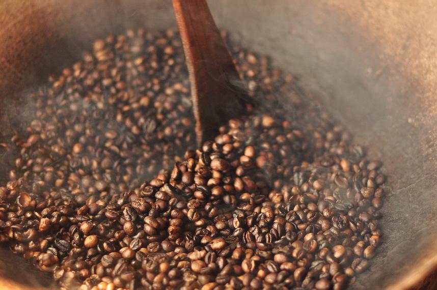 Już sam zapach prażącej się kawy i dźwięk pękających ziarenek zapowiadają niepowtarzalny charakter Luwak Kopi