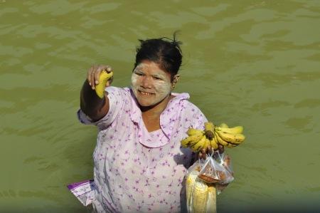 Urocza ekspedientka dla wygody klientów gotowa wejść do rzeki nawet po szyję