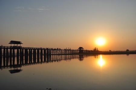 Zachód słońca nad mostem Ubein w Amarapurze