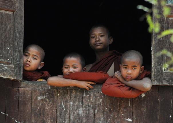 Młodzi mnisi kontemplujący obecność białych twarzy w ich nieodwiedzanym na ogół klasztorze