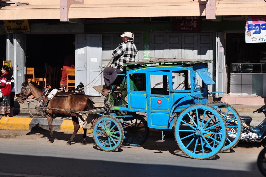 To nie jest ciekawostka ani żart. Tak naprawdę wyglądają współczesne taksówki na ulicach Pyin-U-Lwin. Innych nie ma.