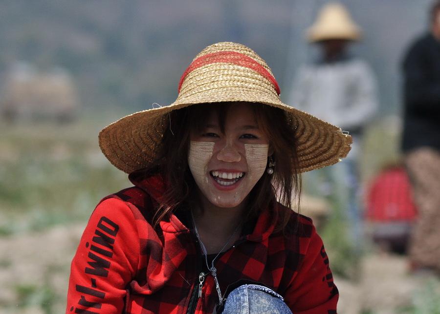Szeroki uśmiech i thanakha na twarzy - birmańska wizytówka