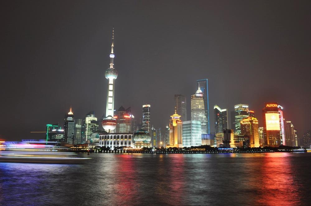 """Nasza droga biegnie raczej dróżką wiejską, ale okazjonalne """"Miasta Świata"""" trafiają się na szlaku. Tu szanghajski Pudong nocą."""