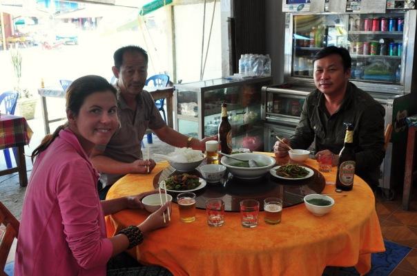 Tradycyjny chiński stół obrotowy, a co najmniej drugie tyle potraw oczywiście w drodze