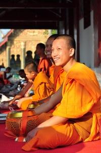 Młodzi mnisi przygotowujący się do dorocznego święta jednej ze świątyń w Luang Prabang
