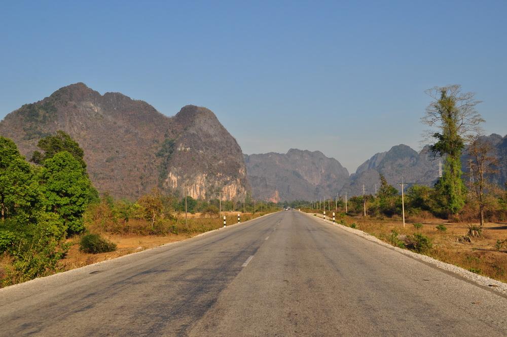 """Przez calutki Laos z północy na południe biegnie """"trzynastka"""" pełniąca tutaj funkcję autostrady"""