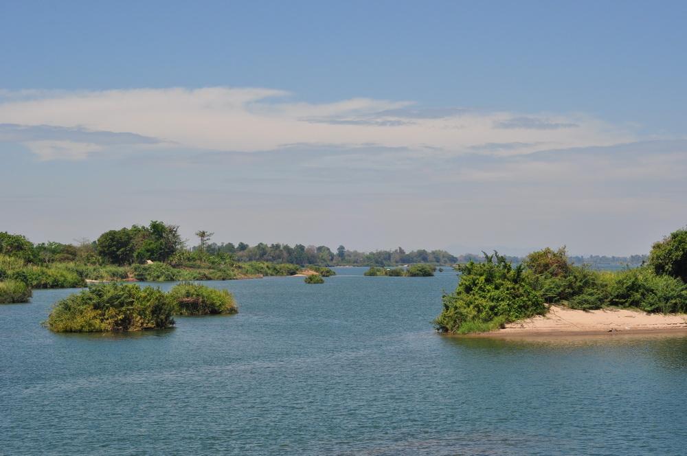 Mekong w Si Phan Don o dziwo kusi pięknym błękitem. Możliwości samooczyszczania się wody są doprawdy zdumiewające