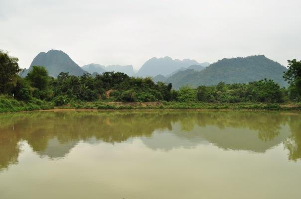 Wapienne krasowe ostańce w okolicy Vang Vieng