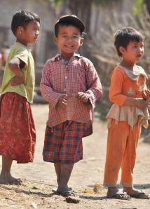 W każdym zakątku Birmy podróżnika witają rozbrajające uśmiechy dzieciaków i dorosłych