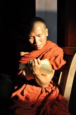 Podczas największych jak do tej pory protestów na rzecz demokracji, zainicjowanej przez mnichów tzw. Szafranowej Rewolucji, zginęło kilkuset mnichów, a ponad 6 tys. osób zostało aresztowanych