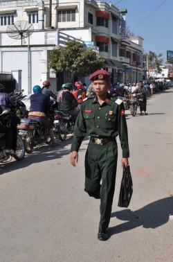 Relatywnie wysokie zarobki żołnierzy i gwarancja dostatniego życia kuszą wielu młodych i ambitnych Birmańczyków