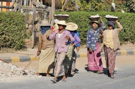 To nie jest kadr z filmu z lat 30-tych, tylko tak w XXI wieku buduje się drogi w Birmie