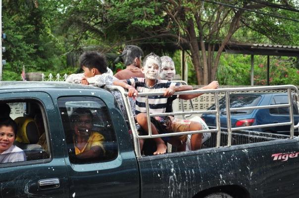 Młodzi bojownicy przemierzają ulice w poszukiwaniu potencjalnych ofiar