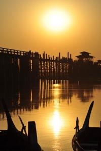 Ponad kilometrowy drewniany most Ubein niedaleko Mandalay jest jak zwornik, wokół którego gromadzi się całe okoliczne życie