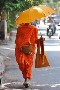 Parasol od słońca oraz misa i torba na jałmużnę to jedyny dobytek buddyjskich mnichów