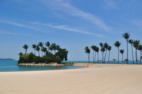 Sentosa - sztuczne plaże, piasek importowany z Malezji i tylko tankowce prawdziwe
