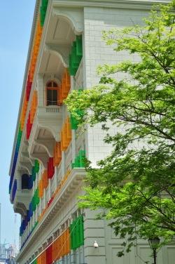 Pomalowane i odrestaurowane kolonialne budynki święcą w wielu miejscach. Wypucowane jak cały Singapur