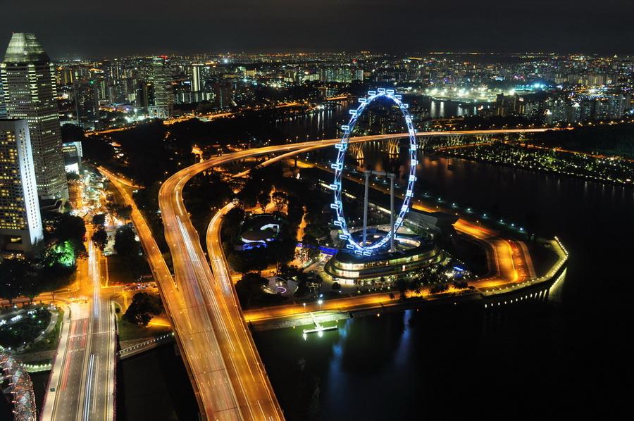 Na dach Marina Bay Sands można dostać się po zapłaceniu 10 dolarów. Przy odrobinie szczęścia można też na krzywy ryj, o czym, zdaje się, już wspominaliśmy