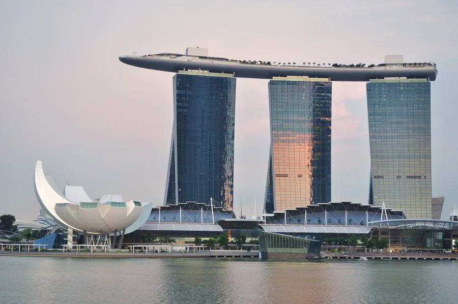 Marina Bay Sands - trzy budynki hotelu połączone dachem. Taras widokowy, ogród, basen - te sprawy