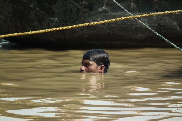 Kąpiel w Gangesie może oczyści duszę, ale z pewnością nie ciało. Według europejskich standardów poziom zanieczyszczeń przekracza tu dopuszczalne normy 1,5 tys. razy