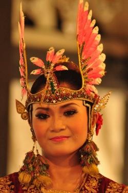 Jogjakarta na Jawie, w której można podziwiać takie oto tradycyjne tańce jawajskie, słynie na cały kraj jako miasto artystów, pisarzy i tancerzy. Ba, nawet ulicznych punkowych pieśniarzy tu nie brakuje!