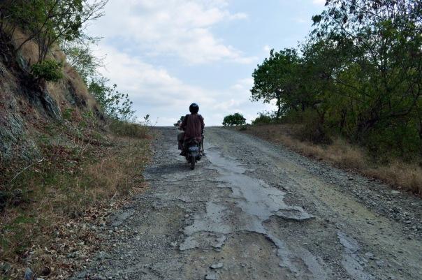 """W przeciwieństwie do """"drogi krajowej nr 2 na Floresie"""", gdzie najlepiej jedzie się piaszczystym duktem, tzw. """"trans-Flores highway"""" jest nawet głównie asfaltowy"""