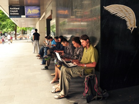 Całe szczęście darmowe Wi-Fi w bibliotece w Auckland działa nawet po godzinach