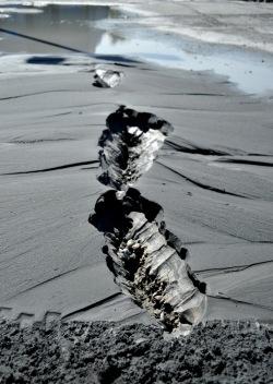 Kratery z płynnym błotem na chodnikach (liquefaction)