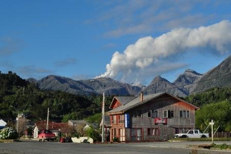 Wulkan Chaiten, nawet po 4 latach, wciąż daje czadu, lepiej niż EC Siekierki. A miasteczko, niczym Feniks za pieniądze podatników, powoli odradza się z popiołów