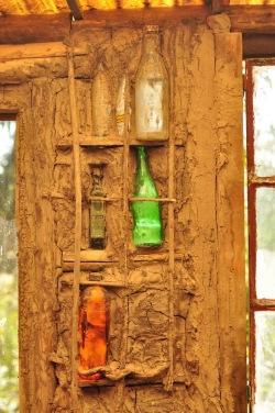 Mieszkańcy delty budują ekodomy. Tu ściana frontowa jednego z domów zbudowana z gliny, piasku oraz siana o konstrukcji wzmocnionej butelkami.